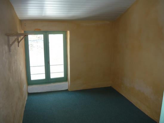 Murs chambre étage - enduit jaune avec salpêtre