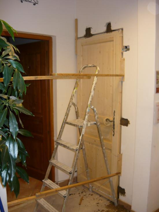 Mise en place, calage et fixation de la porte