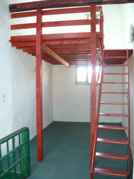 Mezzanine avec poutre porteuse verticale