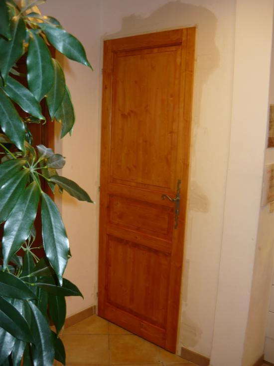 Rebouchage intégral et mise en lasure de la porte