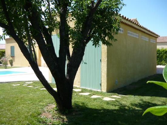 Arrière pool house et portes latérales
