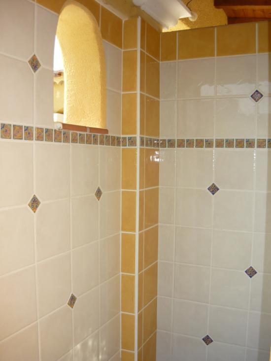 Faïence de la douche et niche extérieure