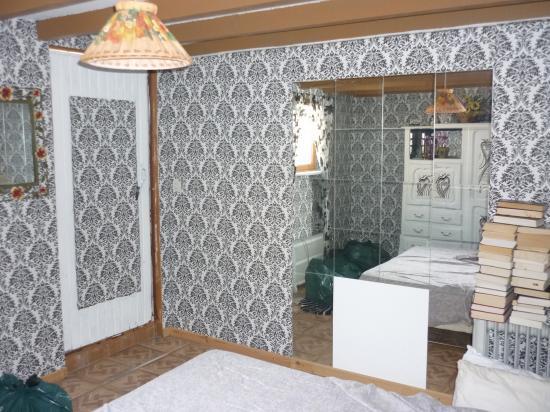 pièce à l'origine, mur avec miroirs en prévision de l'ouverture pour la salle d'eau
