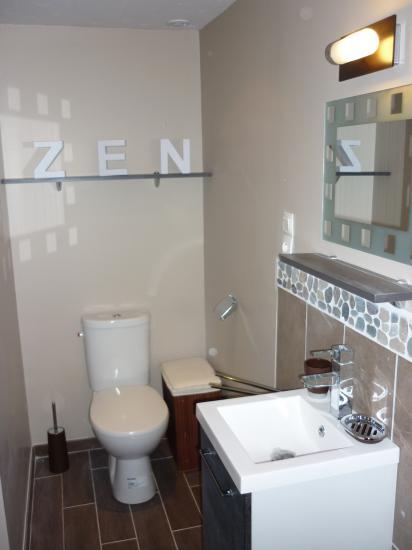 aménagement d'un wc, au sol carrelage imitation parquet wengué