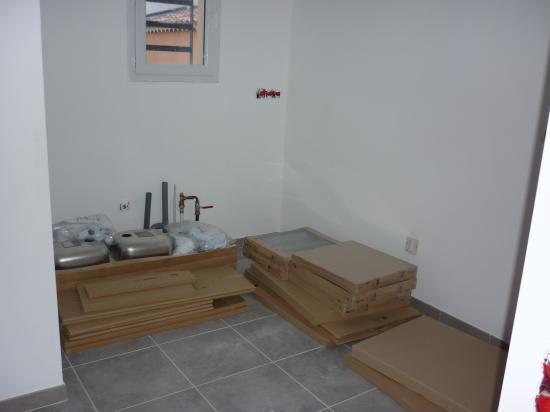 Le mobilier pour les 2 cuisines avant le montage