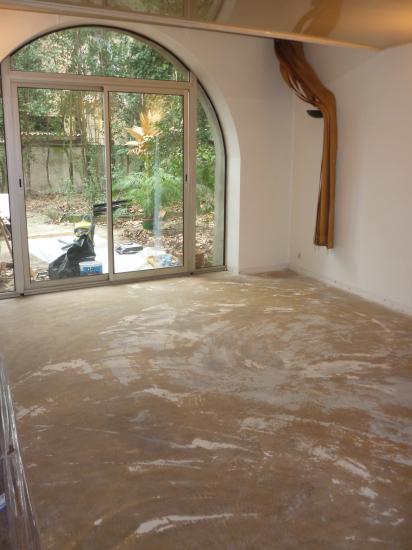 moquette enlevée, sol raclé, bas de murs retouchés