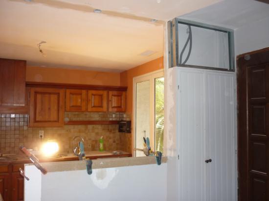 ouverture d 39 un pan mur en briques dans une cuisine pour un. Black Bedroom Furniture Sets. Home Design Ideas