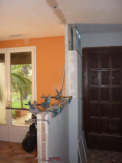 vue hall/cuisine, intégration dans le plafond de spots orientables