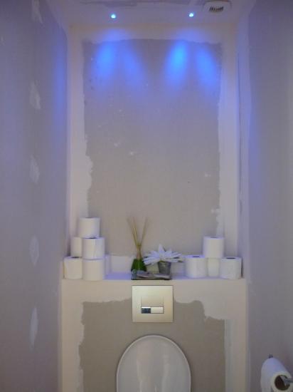le wc en attente des finitions ponçage et peinture + déco, la lumière fait déjà son effet