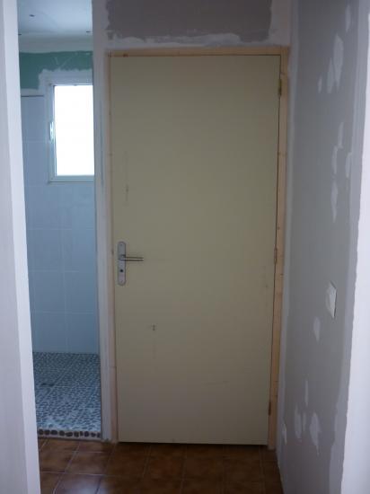 vue avant l'entrée de la salle d'eau en attente des finitions ( ponçage, peinture et déco... )