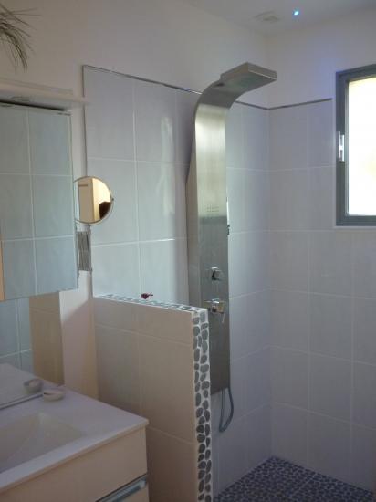 le coin douche peint, fenetre peinte...