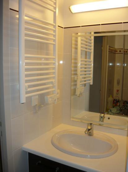 Pose de fa ence dans une salle de bain roquemaure for Pose miroir salle de bain