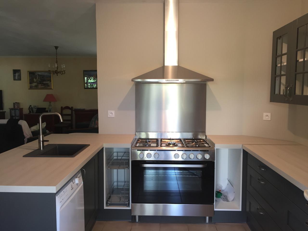cuisine en U avec intégration piano de cuisson et hotte